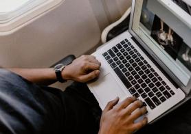 macbook bị cấm mang lên máy bay